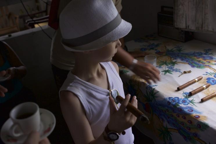 """Disclaimer : cet enfant ne fume évidemment pas. Il avait juste piqué le cigare de son père pour """"faire plus Cubain"""" !"""
