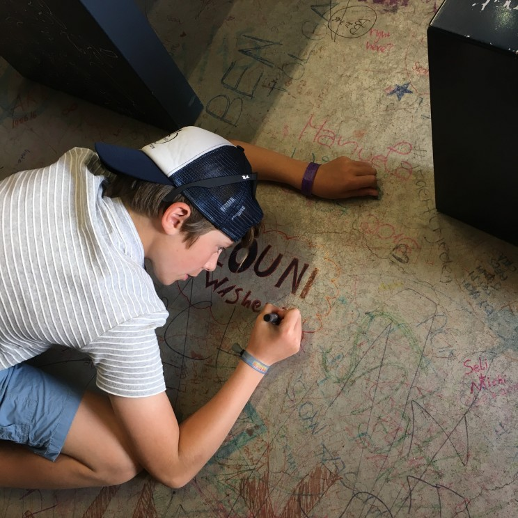 Le petit de l'Homme laisse une trace de son passage au Mémorial du Mur de Berlin